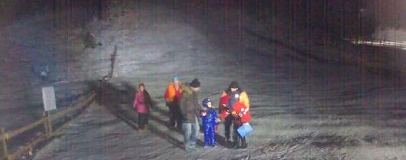 На Львівщині врятували завислих на підйомнику туристів