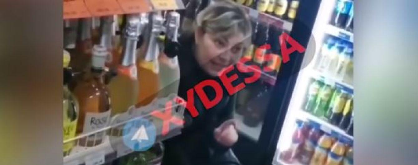 """""""П*зд*й к себе домой"""". В Одессе пьяная продавщица отказалась говорить на украинском с покупателем"""