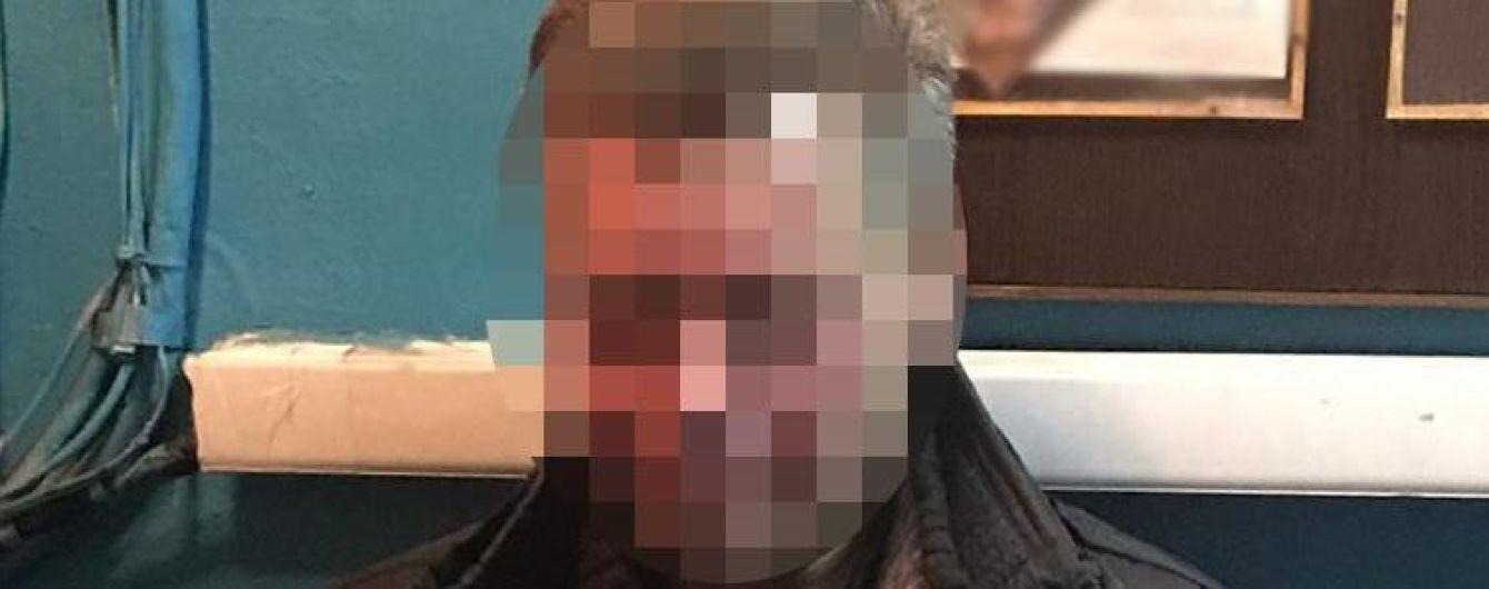 У метро Києва п'яний чоловік напав на поліцейського