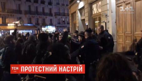 Французские протестующие пытались ворваться в театр, где на спектакле находился Макрона