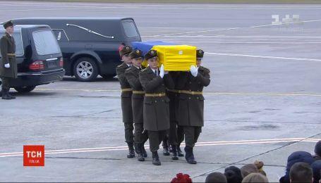 """Похоронный кортеж привез в терминал """"В"""" тела погибших украинцев"""