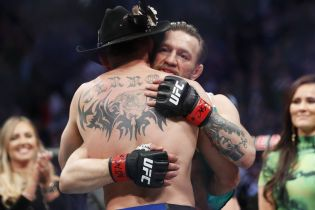 Макгрегор обійняв і поцілував Серроне після видовищної перемоги