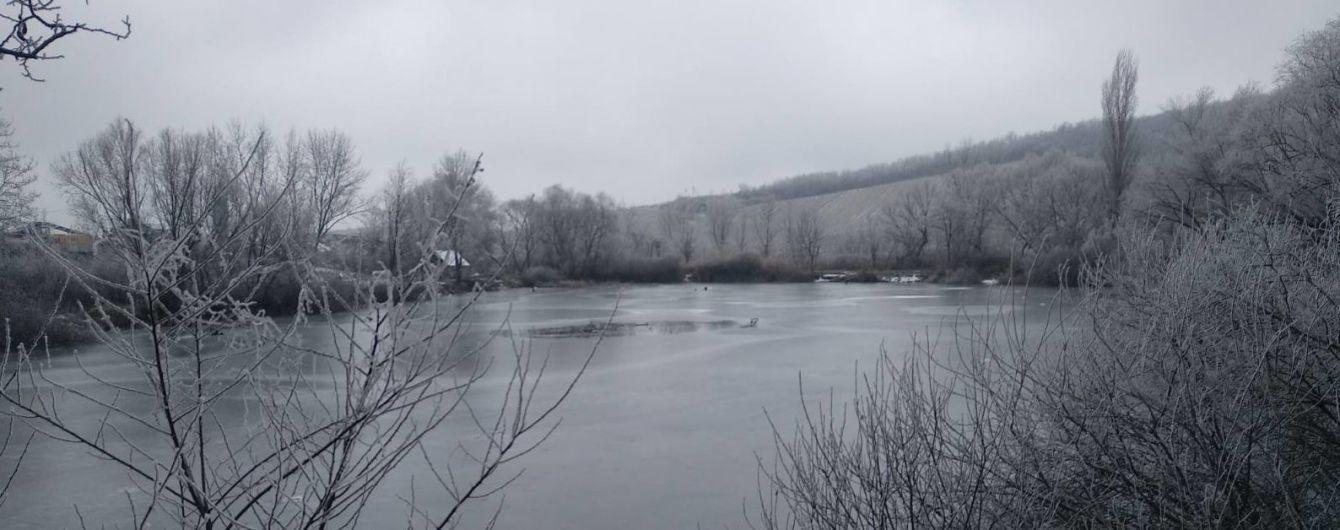 На Закарпатье двое рыбаков провалились под лед