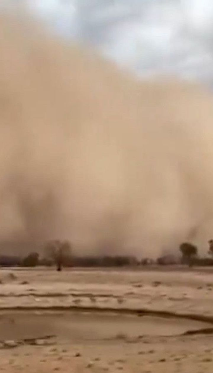 Австралію після лісових пожеж накрили пилові бурі та потужний град