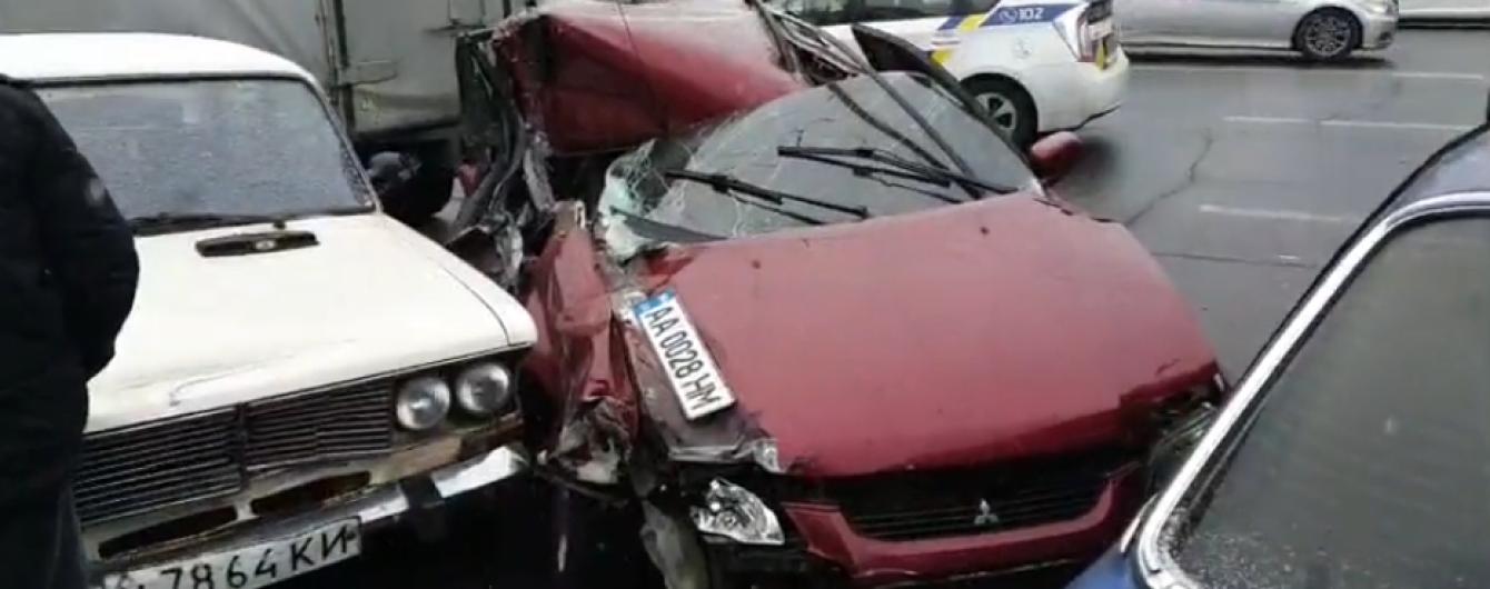 В Киеве пьяный водитель устроил аварию с более, чем полдесятка авто. Видео