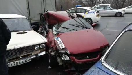 У Києві п'яний водій влаштував аварію з понад пів десятком авто. Відео