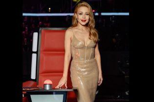 У блискучій сукні з сексуальним декольте: Тіна Кароль в ефектному аутфіті постала на вокальному шоу