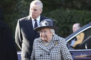 """В пальто с принтом """"гусиная лапка"""" и в сопровождении скандального сына: королева Елизавета II на службе"""