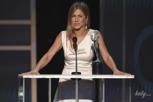 Светила грудью в винтажном платье и обнималась с Питтом: Дженнифер Энистон произвела фурор на SAG Awards-2020