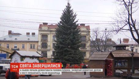 Праздники завершились: во Львове начали демонтировать главную елку