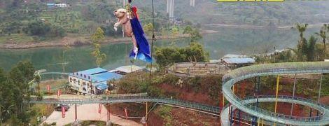 В китайском парке свинью сбросили с 69-метрового аттракциона и вызвали возмущение общественности