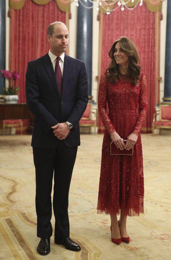 Розкішна Кейт Міддлтон у червоній мереживній сукні підтримала чоловіка на світському заході