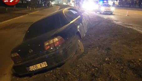 """В Киеве пьяный водитель на """"евробляхе"""" гонял пешеходов на тротуаре. Видео"""