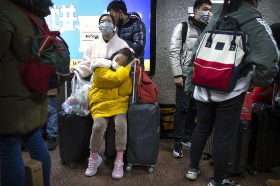 Маски на обличчях і перевірка пасажирів у літаках. Світом шириться паніка через вбивчий вірус у Китаї