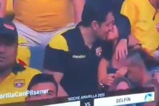В Эквадоре футбольного фаната застали за поцелуем на трибунах: он сделал вид, что не знает девушку