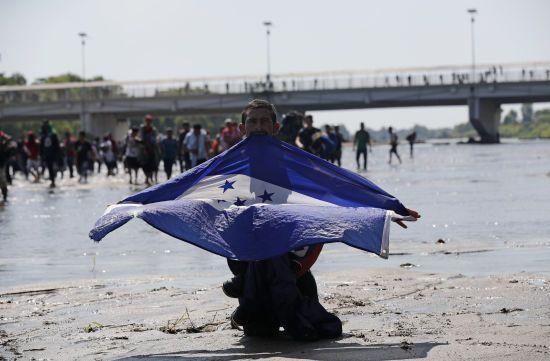 """""""Ласкаво просимо до Мексики"""". Мігранти прорвалися в країну - їм не завадила навіть поліція"""