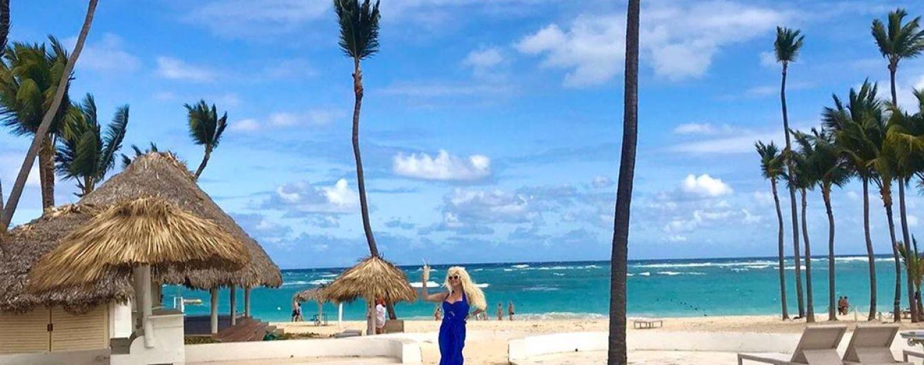 В белом купальнике и розовой шляпе: Екатерина Бужинская в сексуальном пляжном луке позировала перед зеркалом
