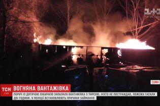 Вантажівка з тирсою загорілась у Сумах біля дитячої лікарні