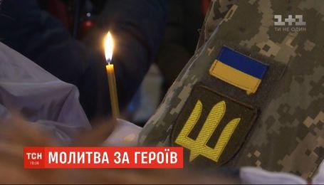 """Молитва за героїв: у Михайлівському соборі зібрались родичі та друзі загиблих """"кіборгів"""""""