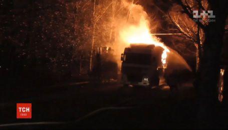 У Сумах загорілась вантажівка з тирсою: пожежу гасили дві години
