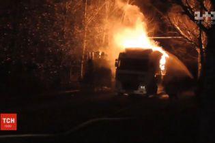 В Сумах загорелся грузовик с опилками: пожар тушили 2 часа