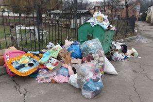 В Виннице дом ребенка выбросил на помойку принесенные волонтерами игрушки и одежду