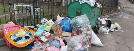 У Вінниці будинок дитини викинув на смітник принесені волонтерами іграшки та одяг
