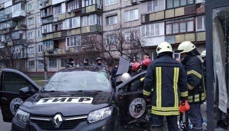 В Киеве автомобиль влетел в остановку общественного транспорта. Один человек погиб