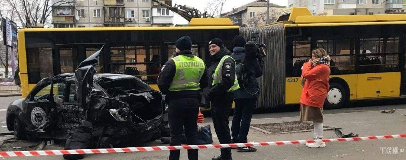 У Києві легковик протаранив тролейбус та зупинку: є загиблий та постраждалі