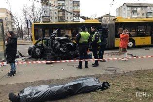 В Киеве легковушка протаранила троллейбус и остановку: есть погибший и пострадавшие