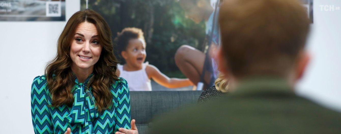 Стильная Кейт Миддлтон в яркой блузе с бантом совершила неожиданный сольный выход