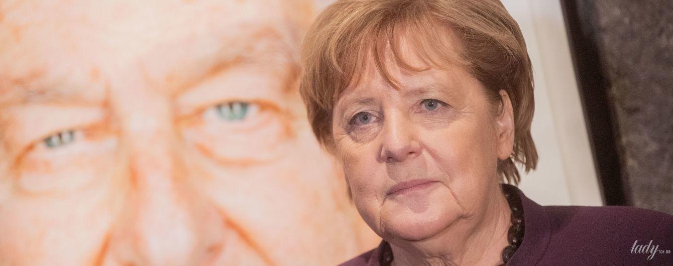 Повторила образ: Ангела Меркель в баклажановом жакете посетила выставку портретов