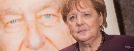Повторила образ: Ангела Меркель у баклажановом жакеті відвідала виставку портретів