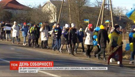 На Прикарпатті учні сільських шкіл утворили ланцюг єдності на мосту