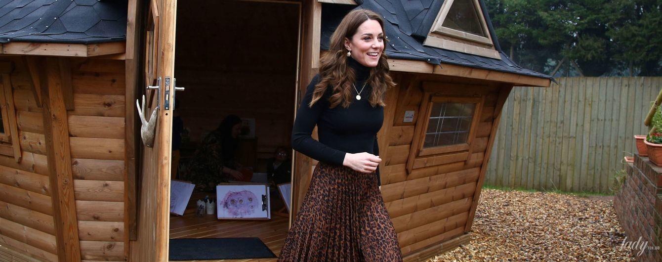 Неожиданный выбор: герцогиня Кембриджская надела на мероприятие юбку от Zara с леопардовым принтом
