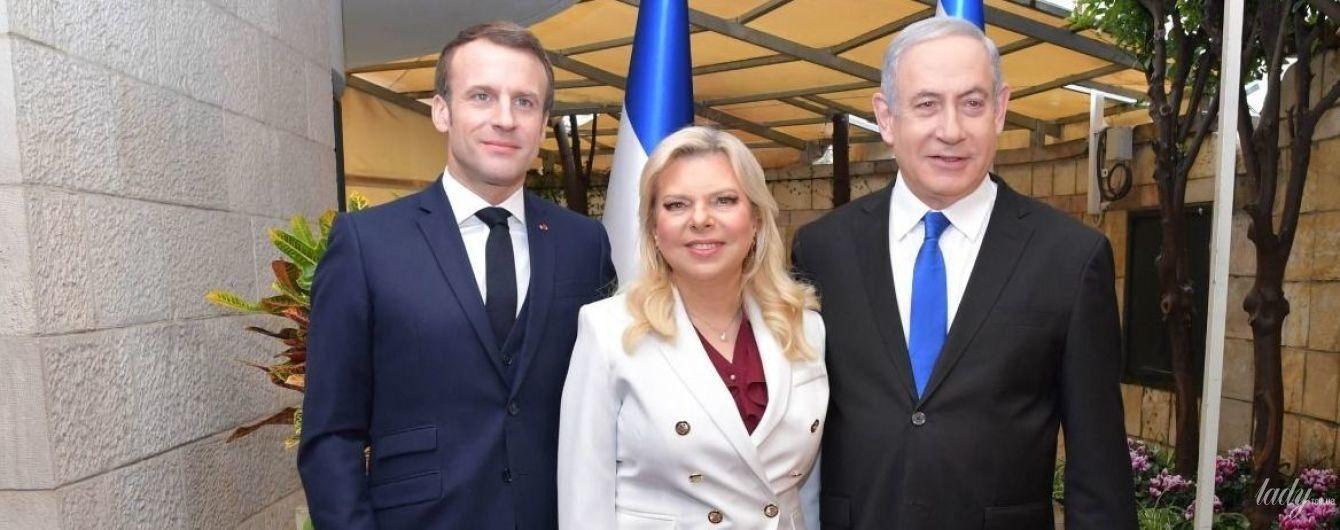 У білому костюмі і з нарощеними віями: дружина прем'єр-міністра Ізраїлю зустрілася з Макроном