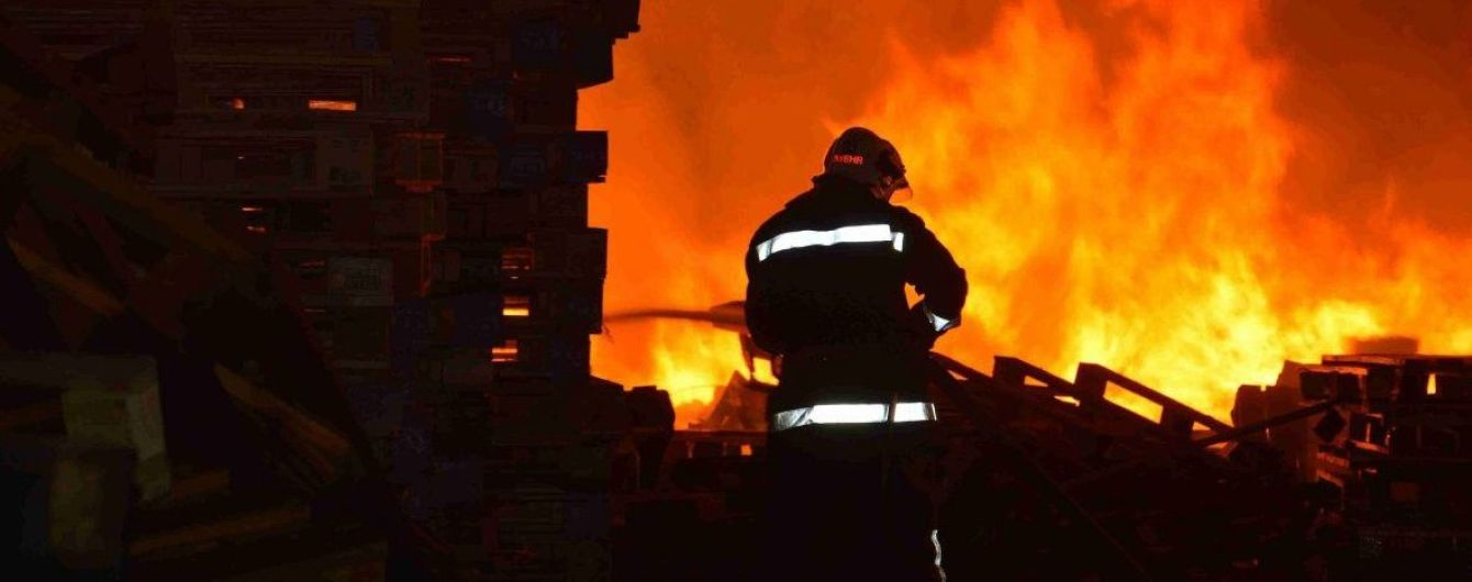 У Києві палає великий меблевий магазин