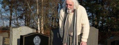Шотландец случайно наткнулся на свою могилу на кладбище