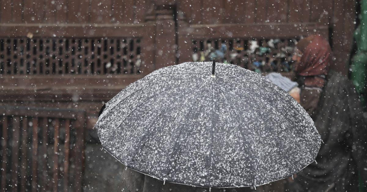 На сході України випав перший сніг: фото і відео