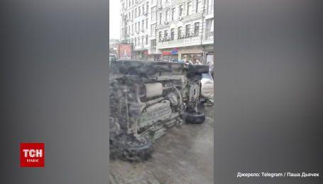 В Киеве внедорожник перевернулся вследствие тройной аварии