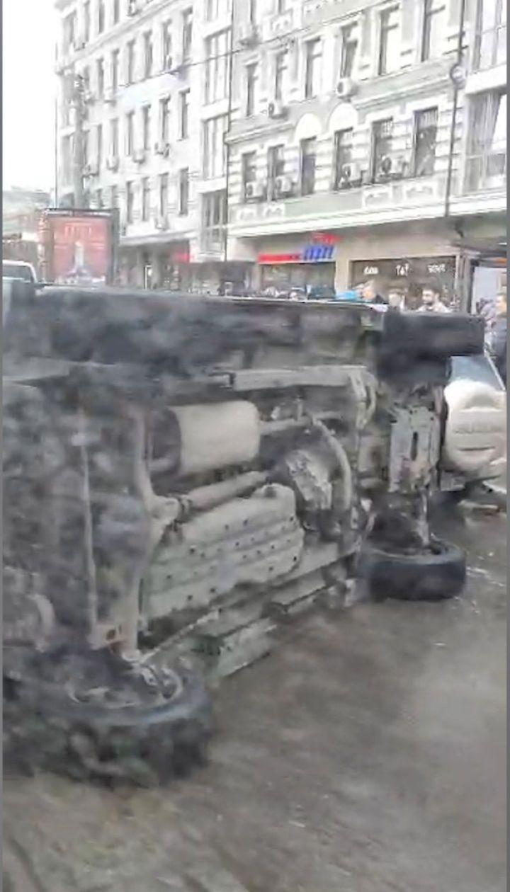 У Києві позашляховик перевернувся унаслідок потрійної аварії