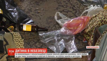 Без еды и среди бутылок: на Николаевщине от пьяных родителей забрали 2-летнюю девочку