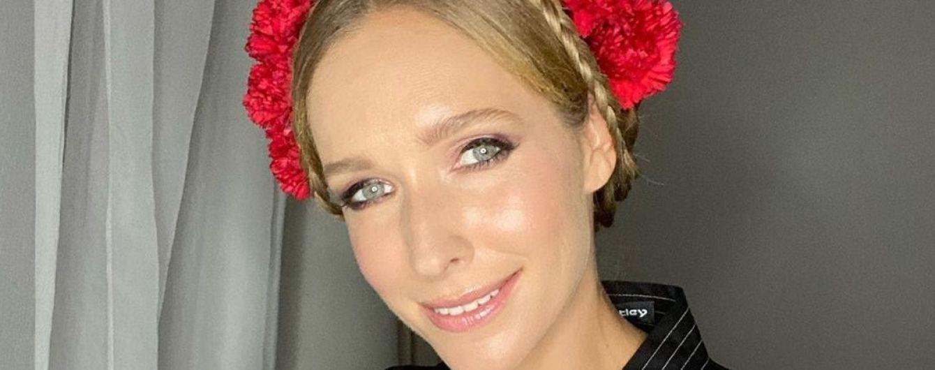 Роскошная Екатерина Осадчая в красном бархатном платье похвасталась загорелыми ножками