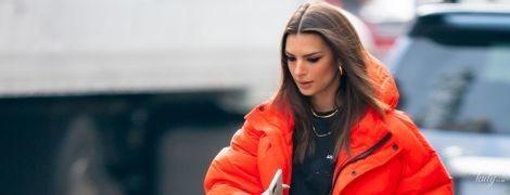 Утеплилась: Эмили Ратажковски в красном пуховике прогулялась по Нью-Йорку