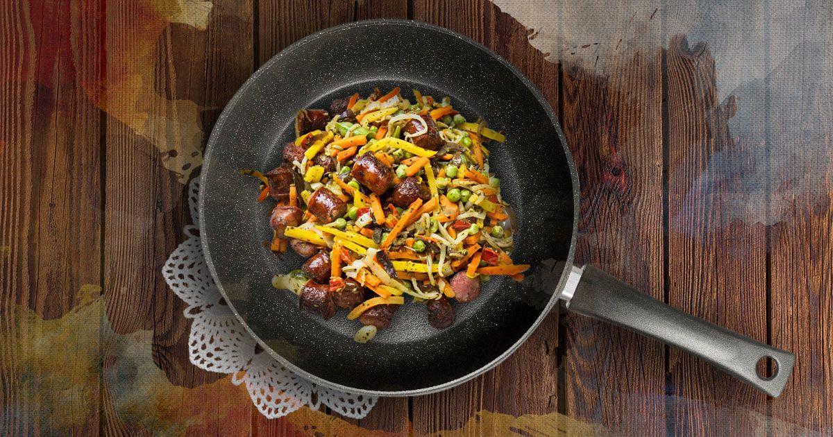 Овочі з ковбасками на пательні