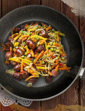 Овощи с колбасками на сковороде