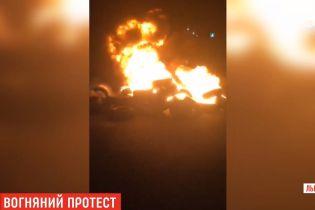 """Охоплені полум'ям шини і багатогодинні черги. На пункті пропуску """"Краковець"""" люди протестують проти митників"""