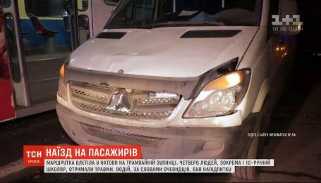 Жизнь парня, в которого на остановке влетел микроавтобус, спасают в Днепре