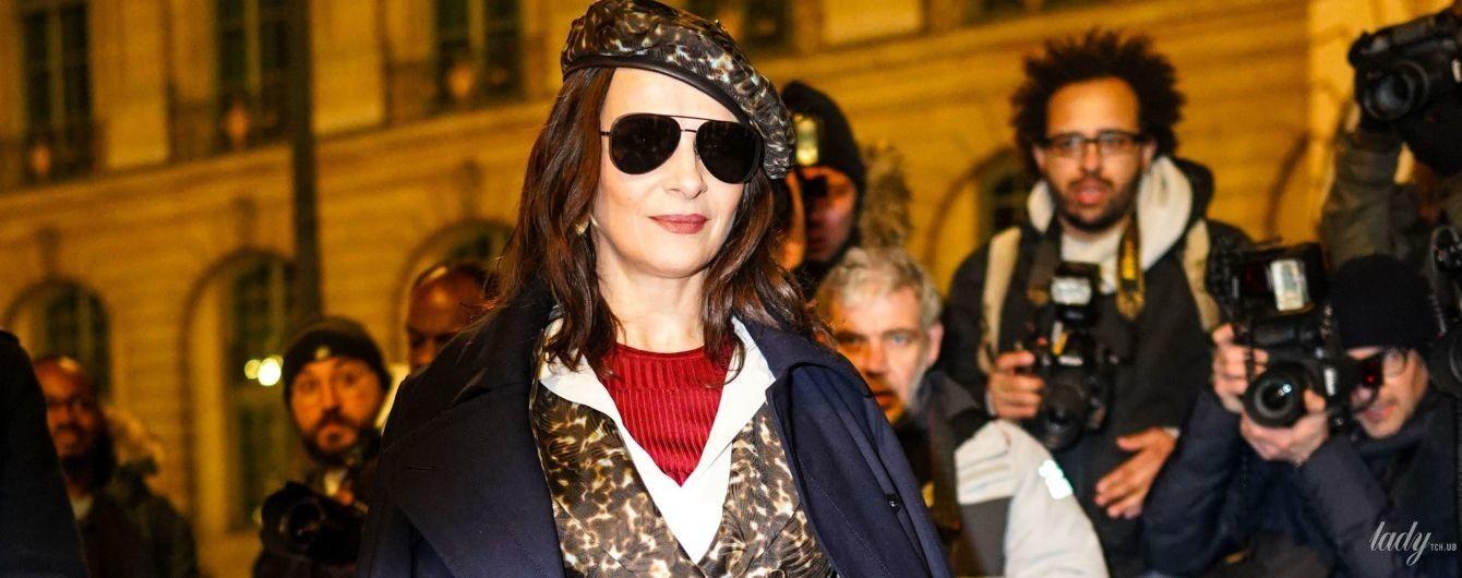 Она очаровательна: 55-летняя Жюльет Бинош в пестром пиджаке и берете приехала на модное шоу