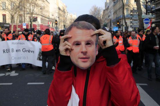 Уряд Франції схвалив проєкт пенсійної реформи на тлі чергових протестів